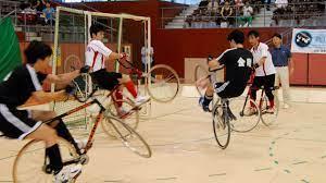 Le cycle-ball, un des sports présenté dans cet article
