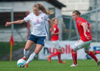Femmes jouant au football représentant l'égalité homme-femme dans ce sport