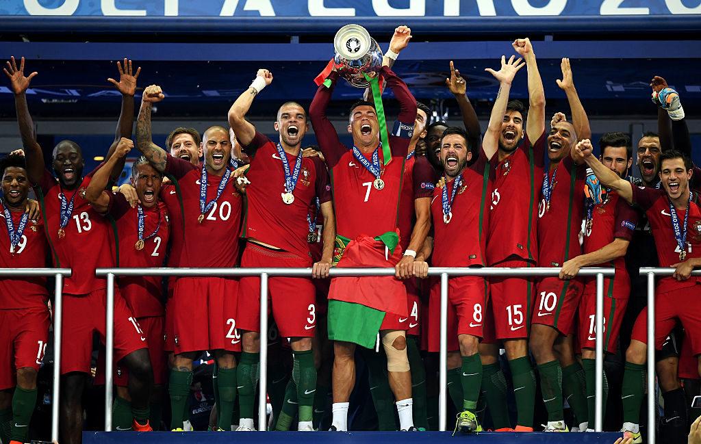 Cristiano Ronaldo soulève le trophée de l'Euro 2016 avec le Portugal
